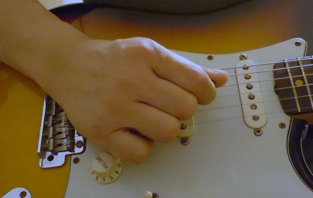 ギター弾き方手握りこむ