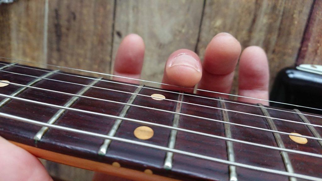 ギターのハーモニクス音を出す時の指の形