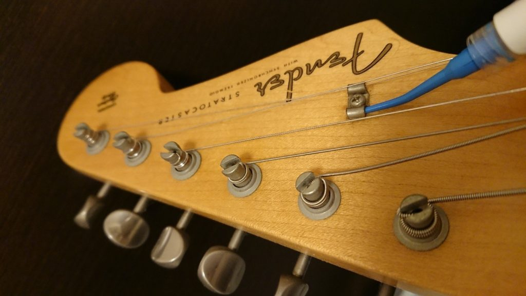 ギターストリングガイドにナットソース塗付
