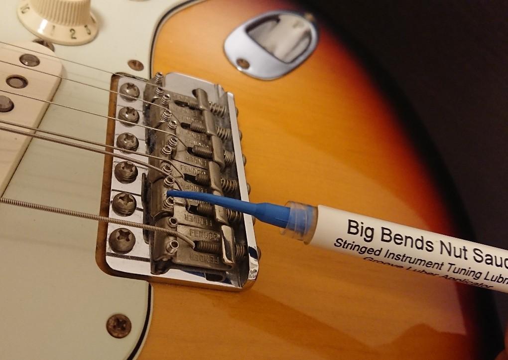 ギターブリッジサドルにナットソース塗付