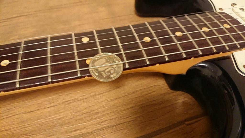 ギターの弦高500円玉計測