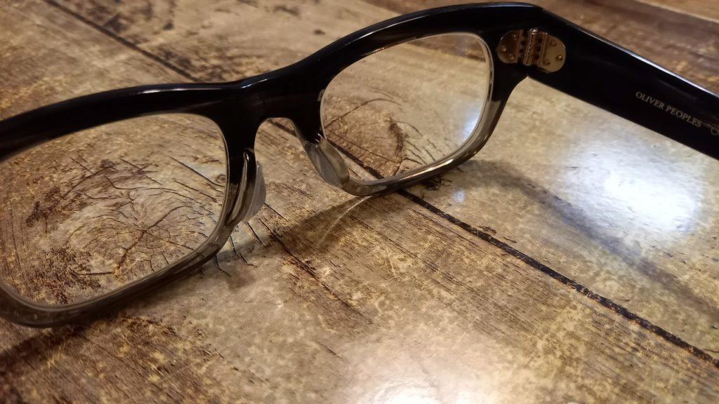 ダイソーの鼻パッドを装着したメガネ