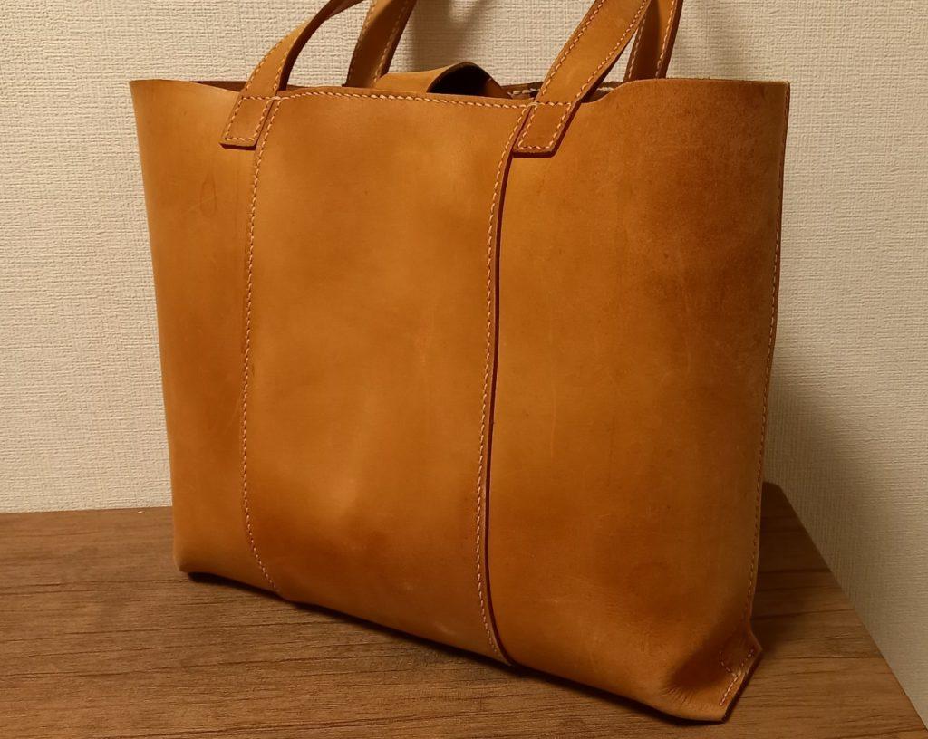手縫いで作る革のカバンの本を見て作ったトートバッグの画像。