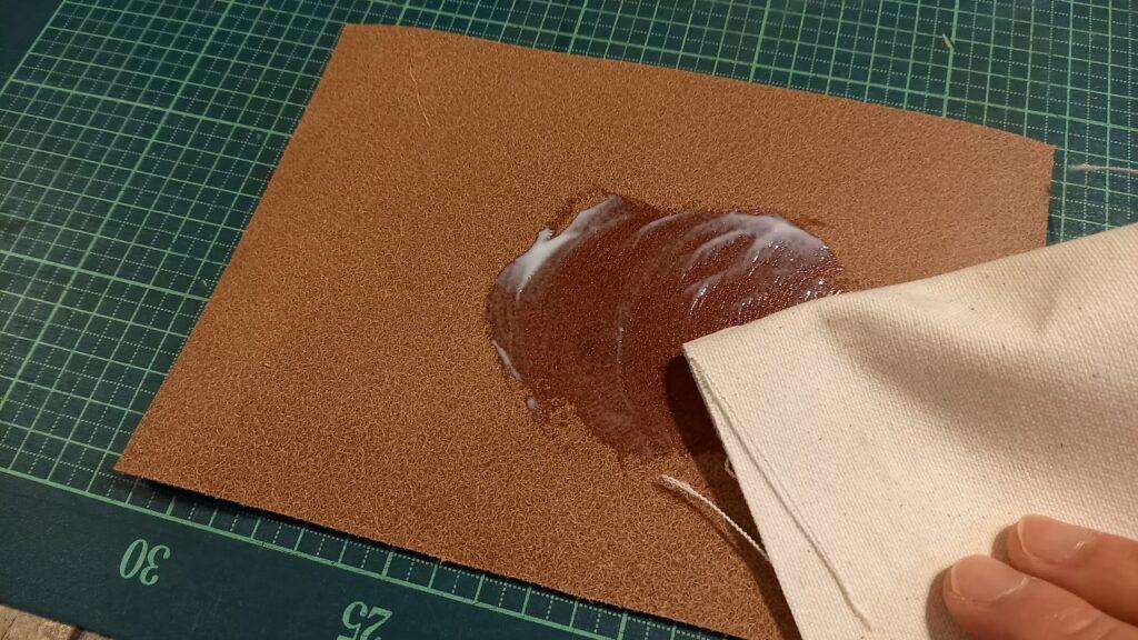 トコノールを使って、革の床面を磨いている画像