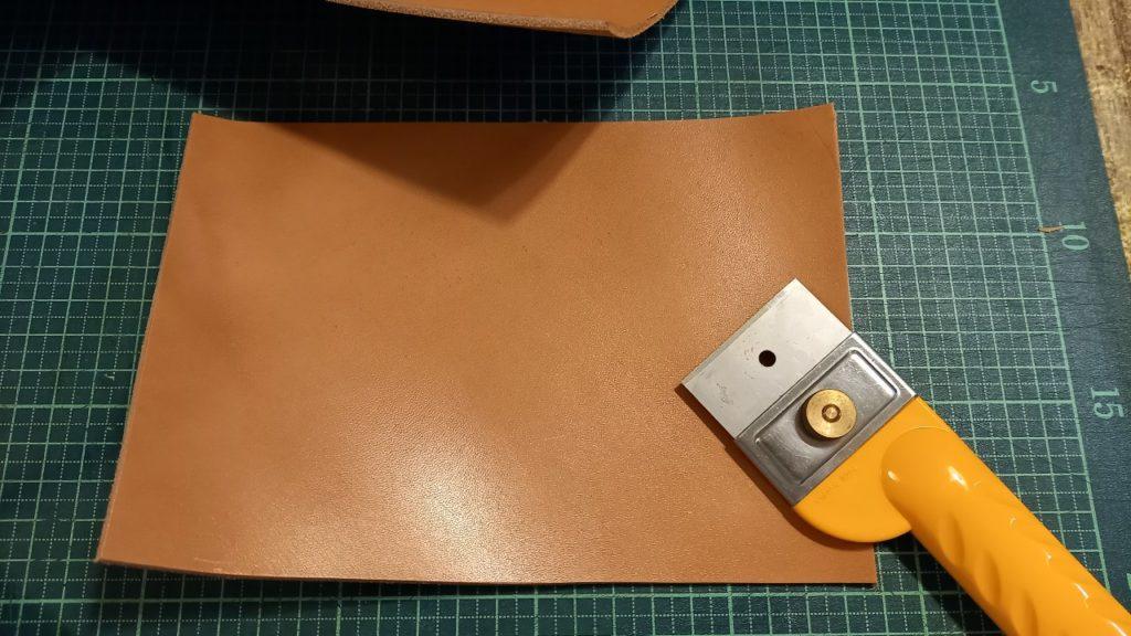 小物入れ作成に必要な、ヌメ革、ヌメ革を切る道具(別たち)の画像