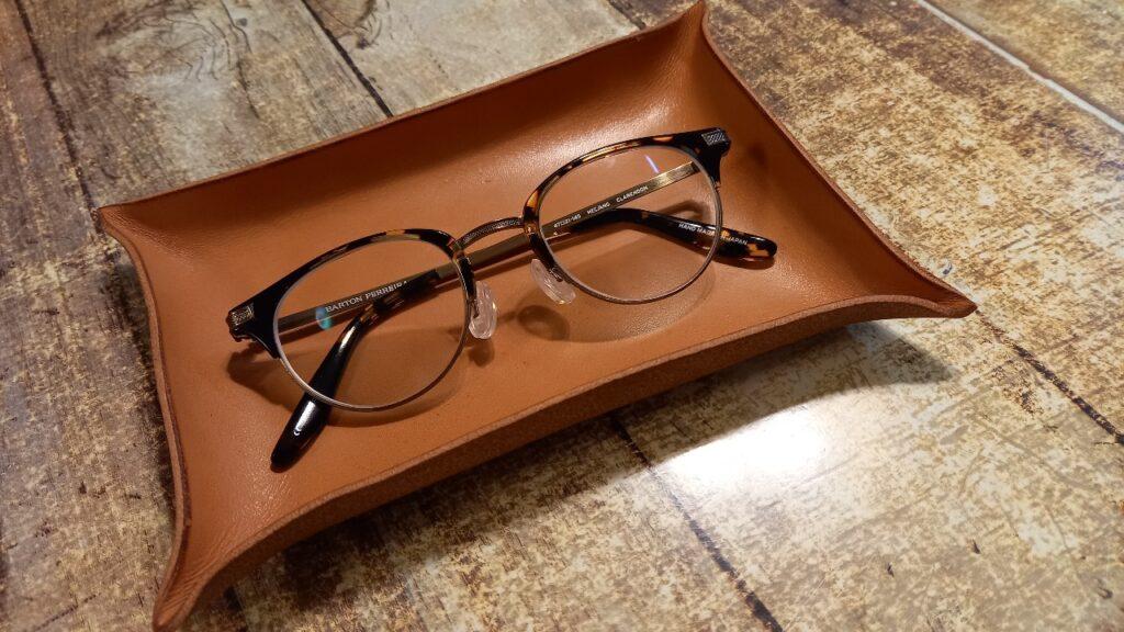 完成したレザーの小物入れに、メガネを入れた画像